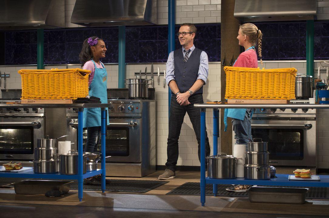 """Wer wird """"gechopped""""? Ana'Lysse (l.) aus Florida oder Cookie (r.) aus Kalifornien? Moderator Ted Allen (M.) passt auf, dass die Junior-Köchinnen sic... - Bildquelle: Scott Gries 2015, Television Food Network, G.P. All Rights Reserved"""