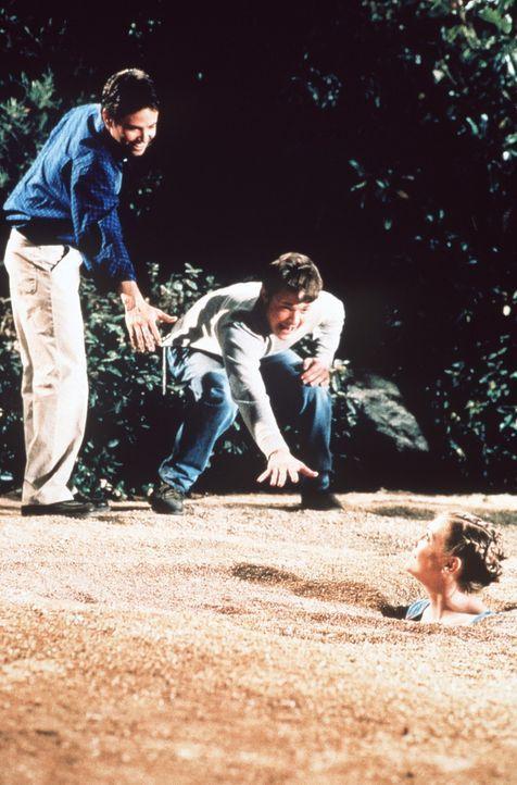 Harvey (Nate Richert, M.) und Josh (David Lascher, l.) versuchen, Sabrina (Melissa Joan Hart, r.) aus dem Treibsand zu befreien. - Bildquelle: Paramount Pictures