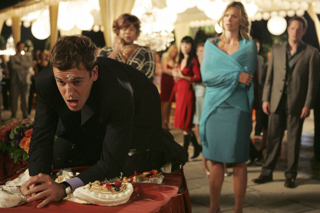 Taylor (Natasha Henstridge, 2.v.r.) ist entsetzt: Sie kann Elis (Jonny Lee Miller, l.) Verhalten auf der Party nicht mehr dulden ... - Bildquelle: Disney - ABC International Television