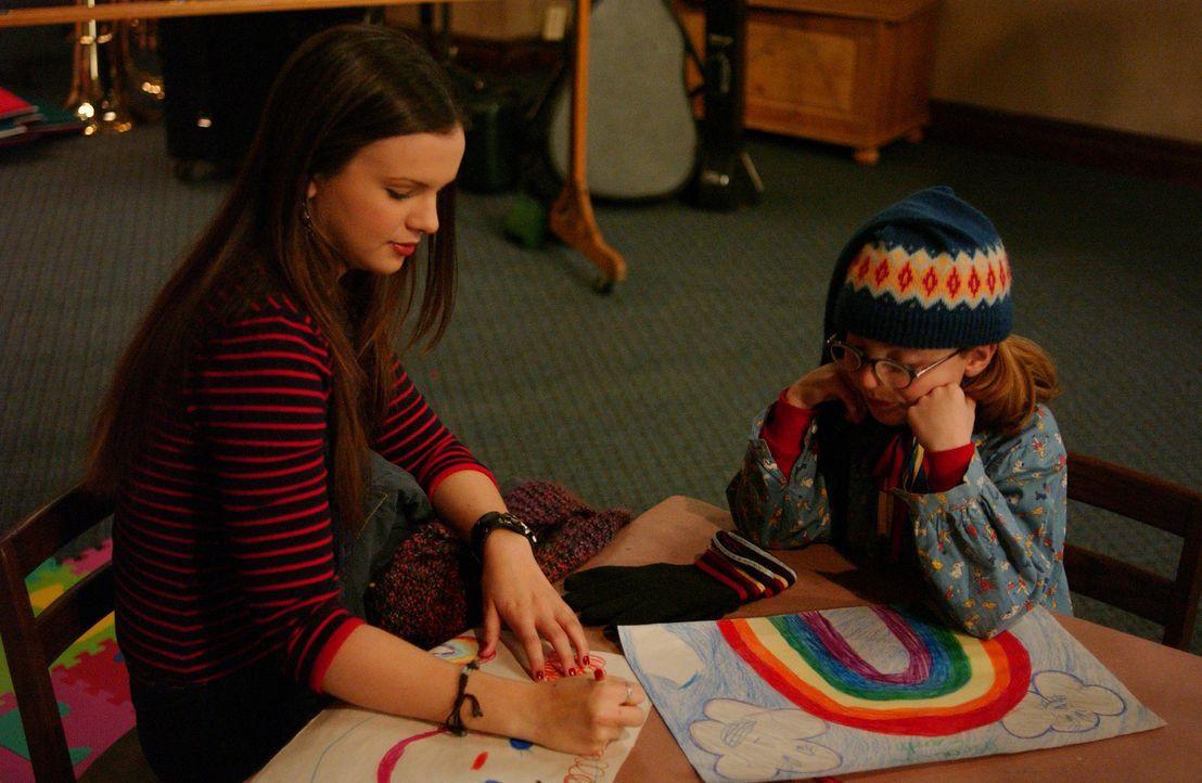 Joan (Amber Tamblyn, l.) hat schlechte Laune, weil Gott sie gebeten hat, freiwillige Kinderbetreuung (Juliette Goglia, r.) in der Schule zu überneh... - Bildquelle: Sony Pictures Television