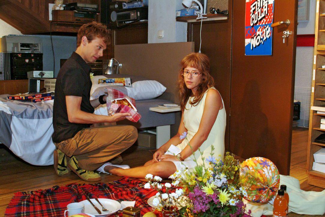 Lisa (Alexandra Neldel, r.) bereut insgeheim, sich für die Verabredung mit Jürgen (Oliver Bokern, l.) entschieden zu haben. In Gedanken ist sie ganz... - Bildquelle: Monika Schürle SAT.1 / Monika Schürle
