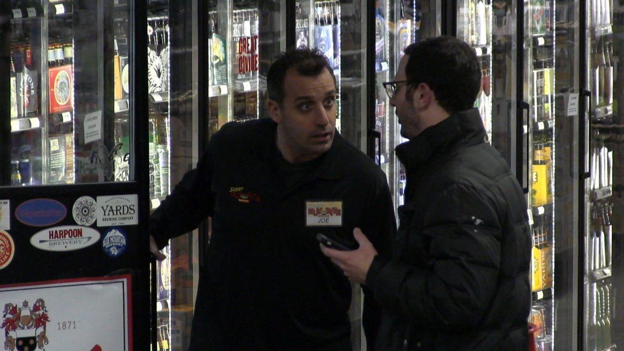 Ist Joe (l.) wirklich eine gute Hilfe, wenn es darum geht, den richtigen Alkohol zu kaufen? - Bildquelle: 2014 Warner Bros.