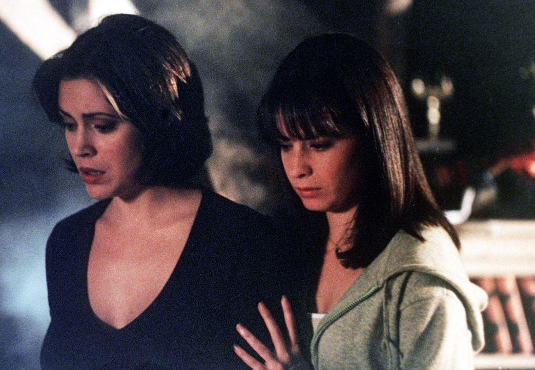 Phoebe (Alyssa Milano, l.) und Piper (Holly Marie Combs, r.) finden heraus, dass hinter der Sache die böse Hexe Kali steckt. - Bildquelle: Paramount Pictures