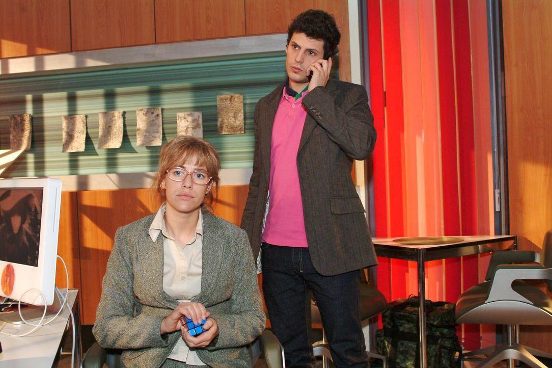 Lisa (Alexandra Neldel, l.) verfolgt ungeduldig das Telefonat, das Rokko (Manuel Cortez, r.) mit der Polizei führt. (Dieses Foto von Alexandra Nelde... - Bildquelle: Monika Schürle SAT.1 / Monika Schürle