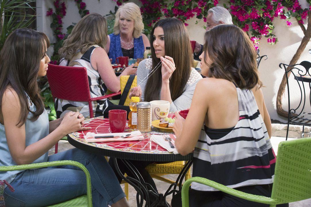Rosie (Dania Ramirez, l.) erhofft sich einen Rat von Carmen (Roselyn Sanchez, M.) und Marisol (Ana Ortiz, r.) ... - Bildquelle: 2014 ABC Studios