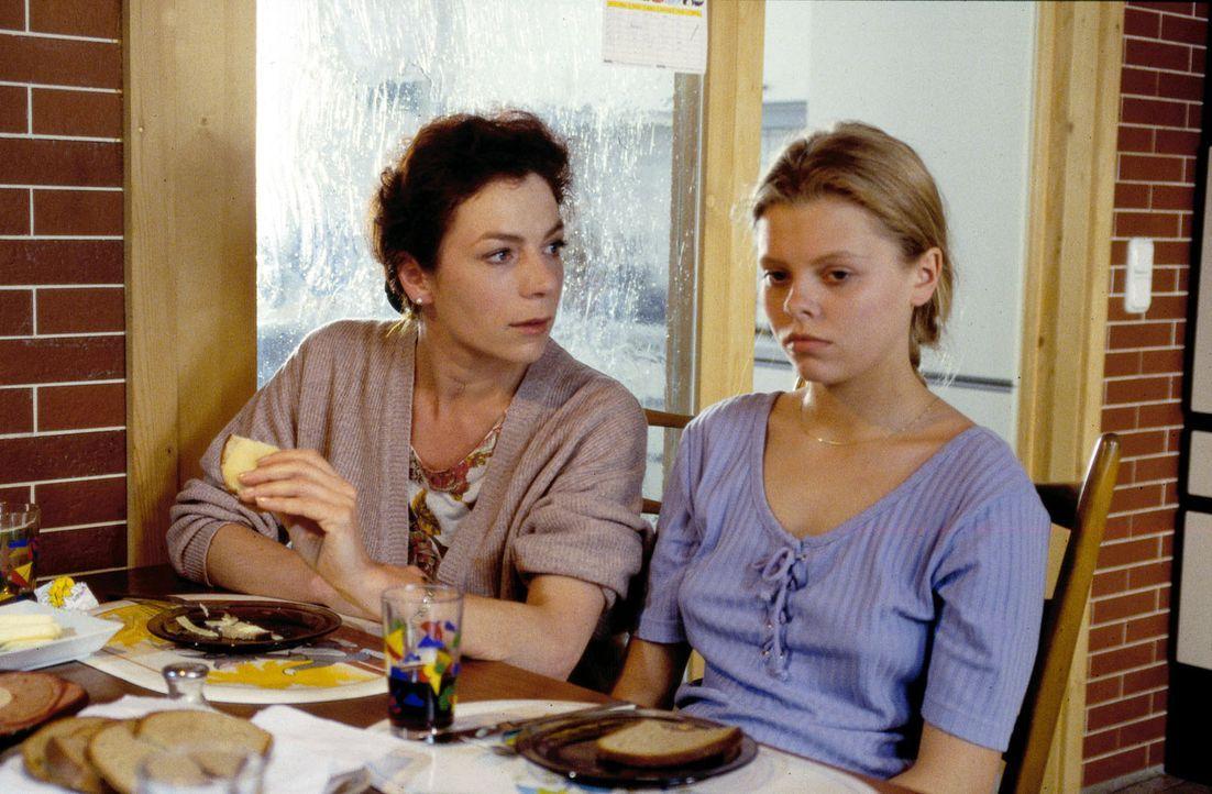 Natalie (Anne Sophie Briest, r.) fühlt sich von ihrer Mutter Elke (Nina Hoger, l.) unverstanden. - Bildquelle: Sat.1