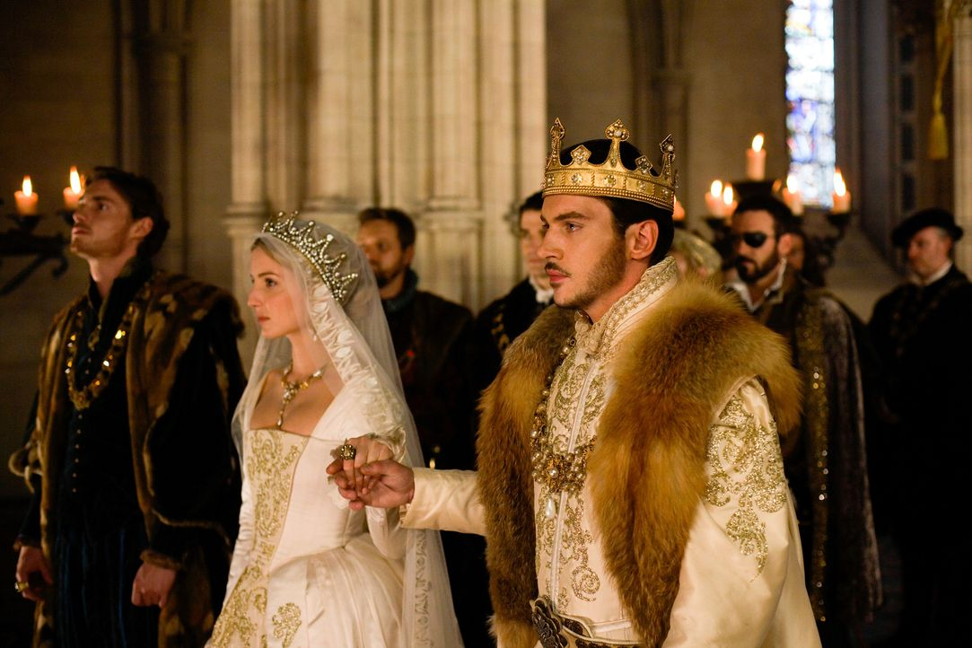 Während König Henry VIII (Jonathan Rhys Meyers, r.) und sein Gemahlin Jane (Annabelle Wallis, M.) am Hofe auf die Niederkunft ihres Kindes warten, w... - Bildquelle: 2009 TM Productions Limited/PA Tudors Inc. An Ireland-Canada Co-Production. All Rights Reserved.