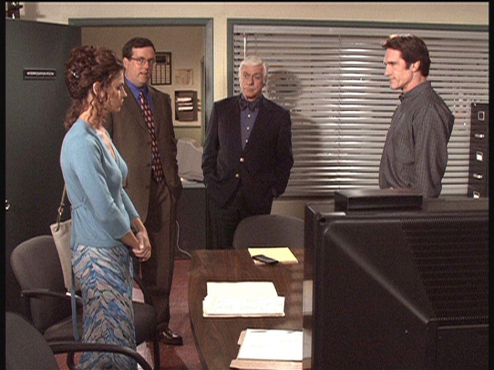 Steve (Barry Van Dyke, r.) und Mark (Dick Van Dyke, M.) setzen die mutmaßliche Mörderin, das Model Nadja (l.), unter Druck. - Bildquelle: Viacom
