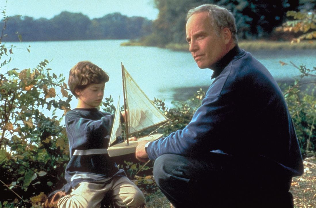 Einziger Zeuge des Doppelmords an seinen Eltern ist der autistische Tim (Ben Faulkner, l.), dem der ehemalige Kinderpsychologe Jake Ranier (Richard... - Bildquelle: Warner Bros.