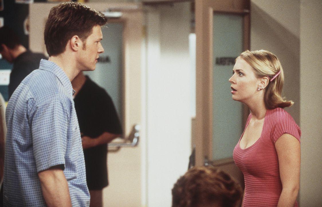Sabrina (Melissa Joan Hart, r.) ist entsetzt, denn für das so genannte Eheprojekt bekommt sie nicht Harvey (Nate Richert, l.) als Ehemann, sondern... - Bildquelle: Paramount Pictures