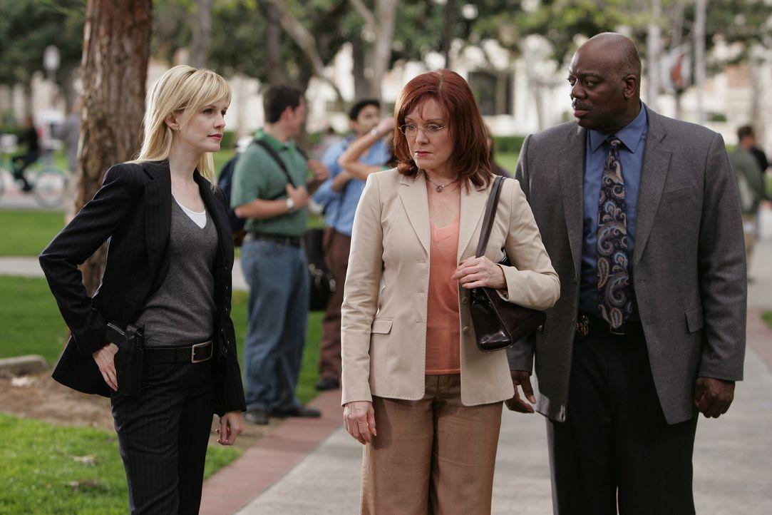 Lilly Rush (Kathryn Morris, l.) und Will Jeffries (Thom Barry, r.) unterhalten sich mit Anne Bowen (Rende Rae Norman, M.), der Frau eines im Jahre 1... - Bildquelle: Warner Bros. Television