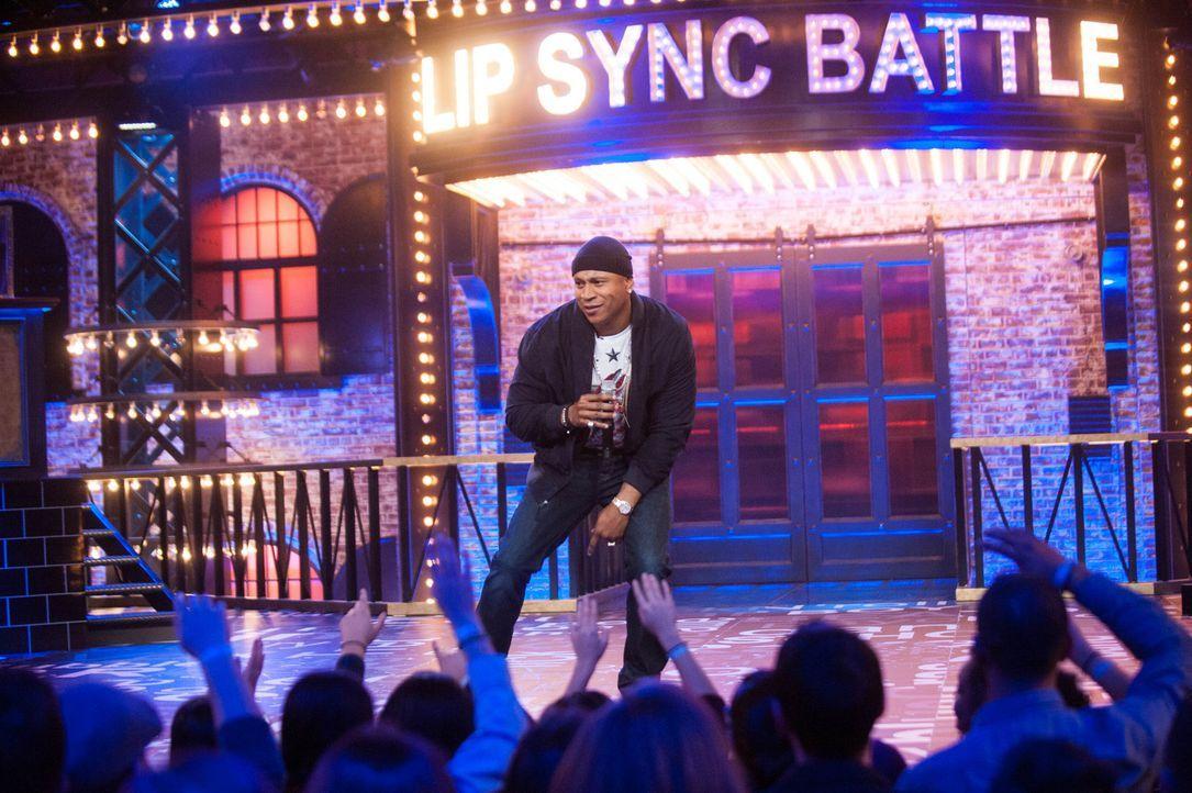 LL Cool J feuert die Menge an, denn diese darf darüber entscheiden, welcher der Stars das Rennen beim Playback-Singen macht ... - Bildquelle: Scott Gries Spike TV/Viacom