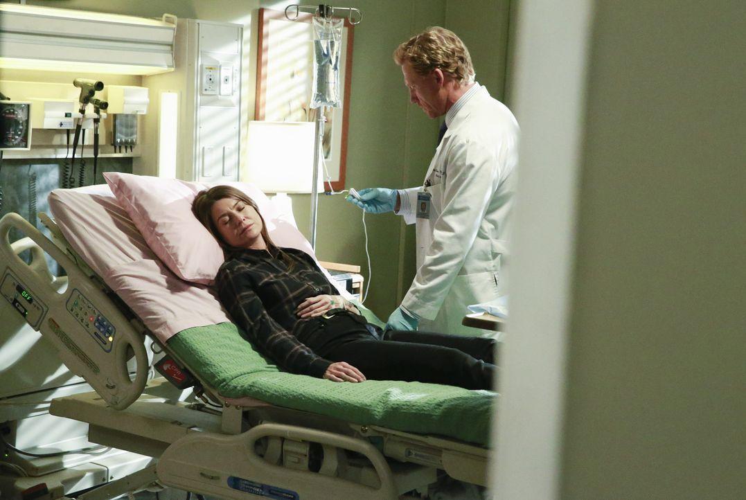Nachdem Meredith (Ellen Pompeo, l.) ihren Kollegen mitgeteilt hat, dass Derek tot ist, ist sie zusammengebrochen. Owen (Kevin McKidd, r.) kümmert si... - Bildquelle: ABC Studios