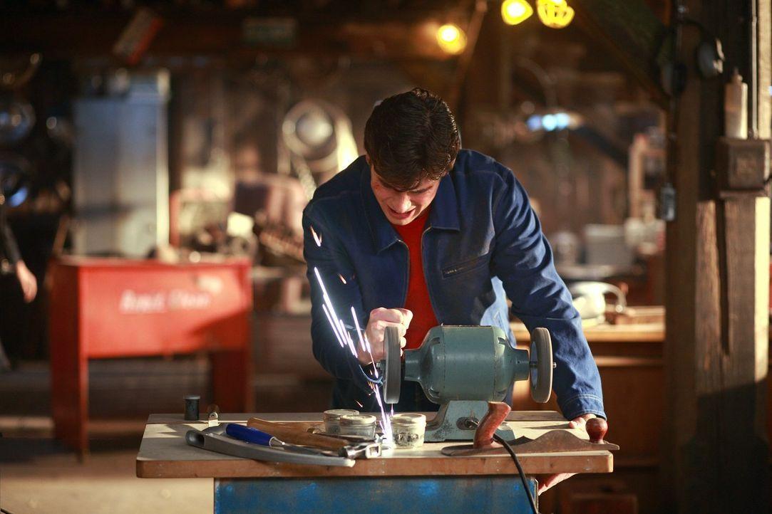 Der Ring, den ihm seine Mutter geschenkt hat, raubt Clark (Tom Welling) seine Kräfte. Kann er ihn zerstören? - Bildquelle: Warner Bros.