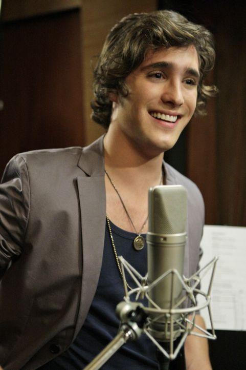 Javier (Diego Boneta) sieht aus wie Adriannas Ex Navid, ist aber dazu noch ein Star - wenn sich Adrianna da mal nicht verliebt.... - Bildquelle: TM &   CBS Studios Inc. All Rights Reserved