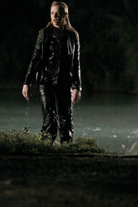 Die Rettungskräfte können Det. Lilly Rush (Kathryn Morris, M.) in letzter Sekunde befreien ... - Bildquelle: Warner Bros.