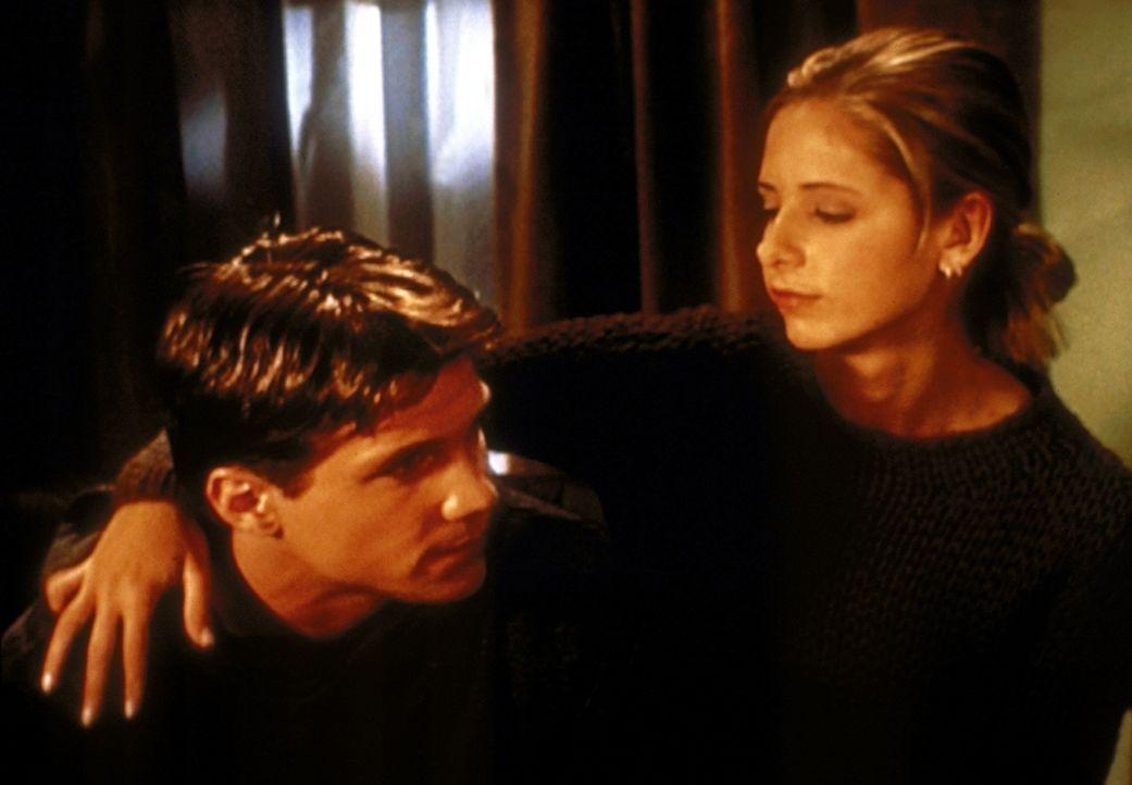 Buffy (Sarah Michelle Gellar, r.) ist froh, dass Riley (Marc Blucas, l.) von seiner Verletzung genesen ist. - Bildquelle: TM +   2000 Twentieth Century Fox Film Corporation. All Rights Reserved.