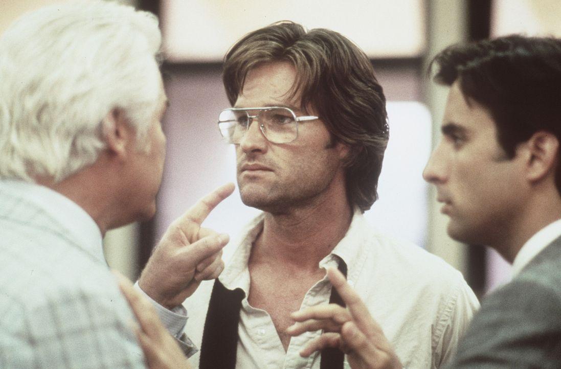 Malcolm (Kurt Russell, M.) wird von den Polizeidetektiven Phil Wilson (Richard Bradford, l.) und Ray Martinez (Andy Garcia, r.) in die Mangel genomm... - Bildquelle: Orion Pictures Corporation