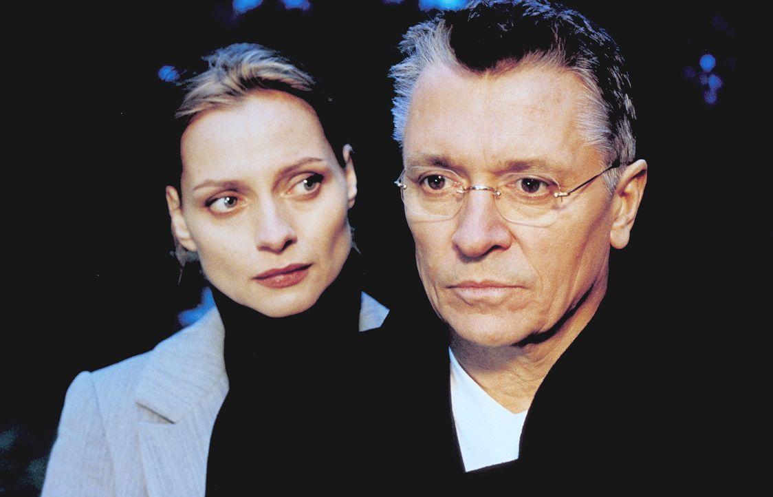 Verheimlicht Hanno Gittes (Henry Hübchen, r.) seiner Frau Sylvie (Catherine Flemming, l.) etwas Wichtiges? - Bildquelle: Katrin Knoke ProSieben
