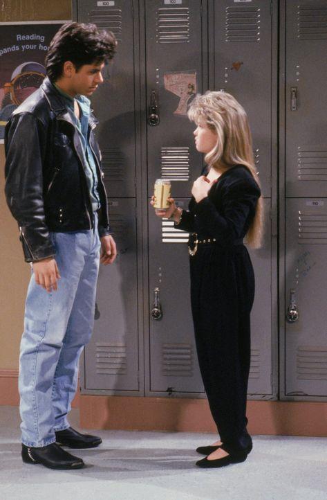 Jesse (John Stamos, l.) ist geschockt, als er D.J. (Candace Cameron, r.) auf einem Schulball mit Bier erwischt ... - Bildquelle: Warner Brothers Inc.