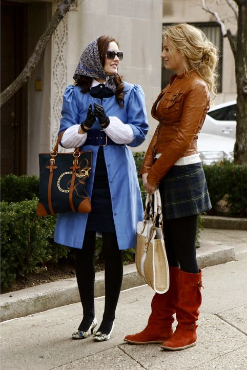 Die gefallene Königin Blair (Leighton Meester, l.) kehrt mit ihrer besten Freundin Serena (Blake Lively, r.) zurück in die Schule - und muss fests... - Bildquelle: Warner Bros. Television