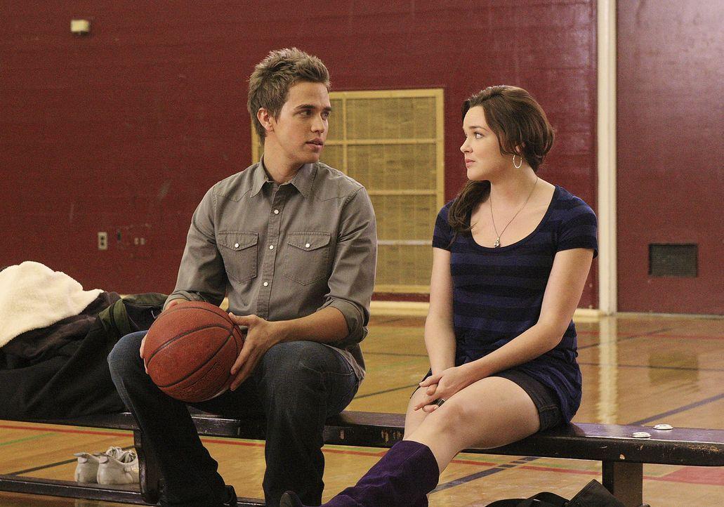 Hacker im Schulnetz: Lori (April Matson, r.) und Declan (Chris Olivero, l.) befürchten, dass der Schulball nicht stattfindet... - Bildquelle: TOUCHSTONE TELEVISION