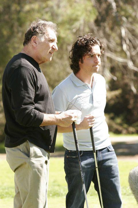 Hole in one: Charlie (David Krumholtz, r.) und Alan (Judd Hirsch, l.) ... - Bildquelle: Paramount Network Television