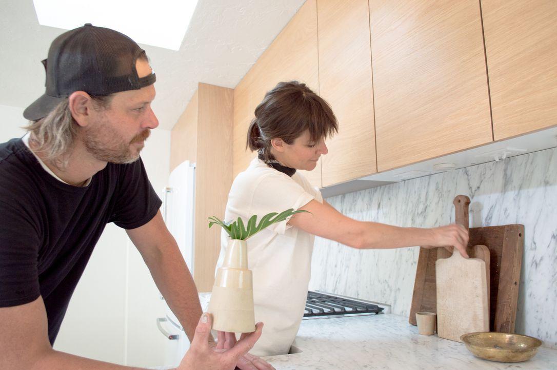 Verpassen der modernen Küche den letzten Schliff, bevor sie das renovierte Haus den Eigentümern präsentieren: Steve (l.) und Leanne Ford (r.) ... - Bildquelle: 2017, Scripps Networks, LLC. All Rights Reserved.