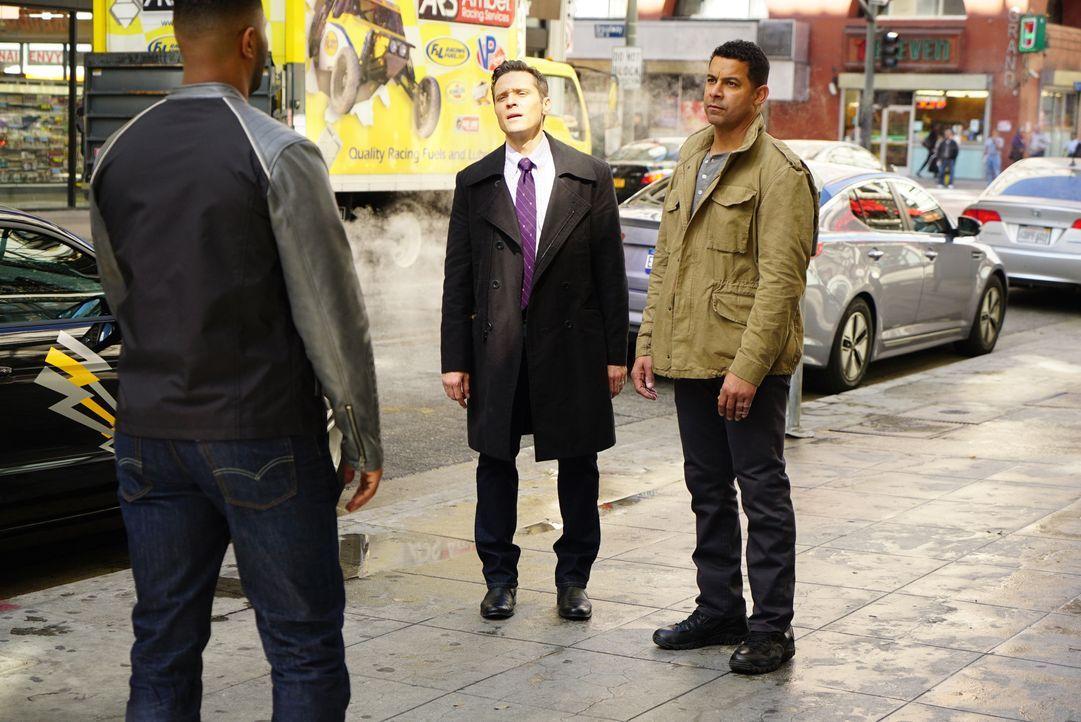 Der verdächtige Bold (Roshawn Franklin, l.) ist schnell gefunden. Doch haben Kevin (Seamus Dever, M.) und Esposito (Jon Huertas, r.) mit ihm tatsäch... - Bildquelle: Richard Cartwright ABC Studios / Richard Cartwright