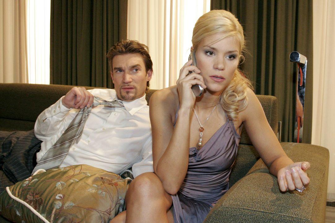 Argwöhnisch beobachtet Richard (Karim Köster, l.) Sabrina (Nina-Friederike Gnädig, r.) - er will wissen, wer am Telefon ist. - Bildquelle: Noreen Flynn SAT.1 / Noreen Flynn