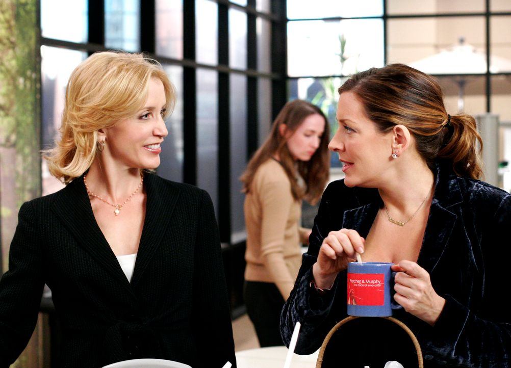 Lynette (Felicity Huffman, l.) stört sich an Ninas (Joely Fisher, r.) Umgang mit den Angestellten und als sie Nina eines Abends zusammen mit Stu erw... - Bildquelle: 2005 Touchstone Television  All Rights Reserved