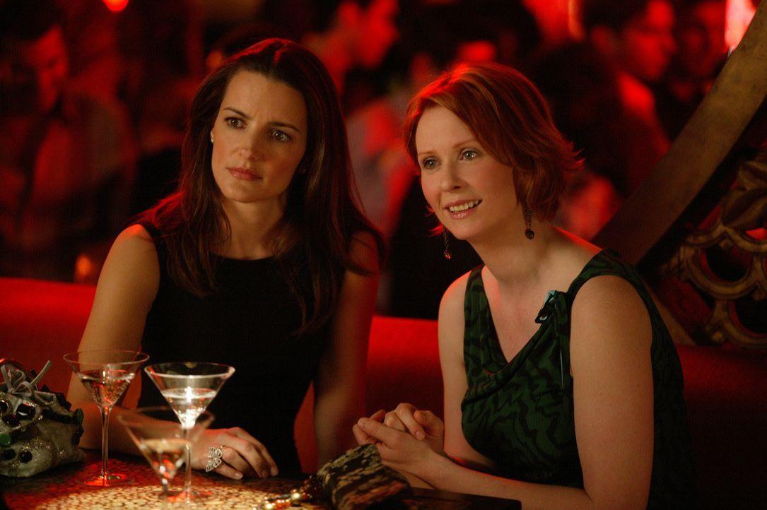 Während eines gemeinsamen Abendessens klärt Berger Miranda (Cynthia Nixon, r.) und Charlotte (Kristin Davis, l.) über typische männliche Gebaren... - Bildquelle: Paramount Pictures
