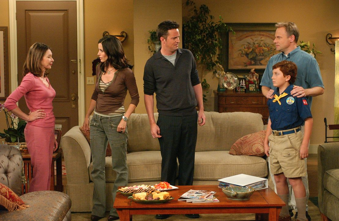 Als Chandler (Matthew Perry, M.) einen fatalen Fehler begeht, sind die Schwierigkeiten vorprogrammiert: Monica (Courteney Cox, 2.v.l.), Colleen (Kel... - Bildquelle: 2003 Warner Brothers International Television