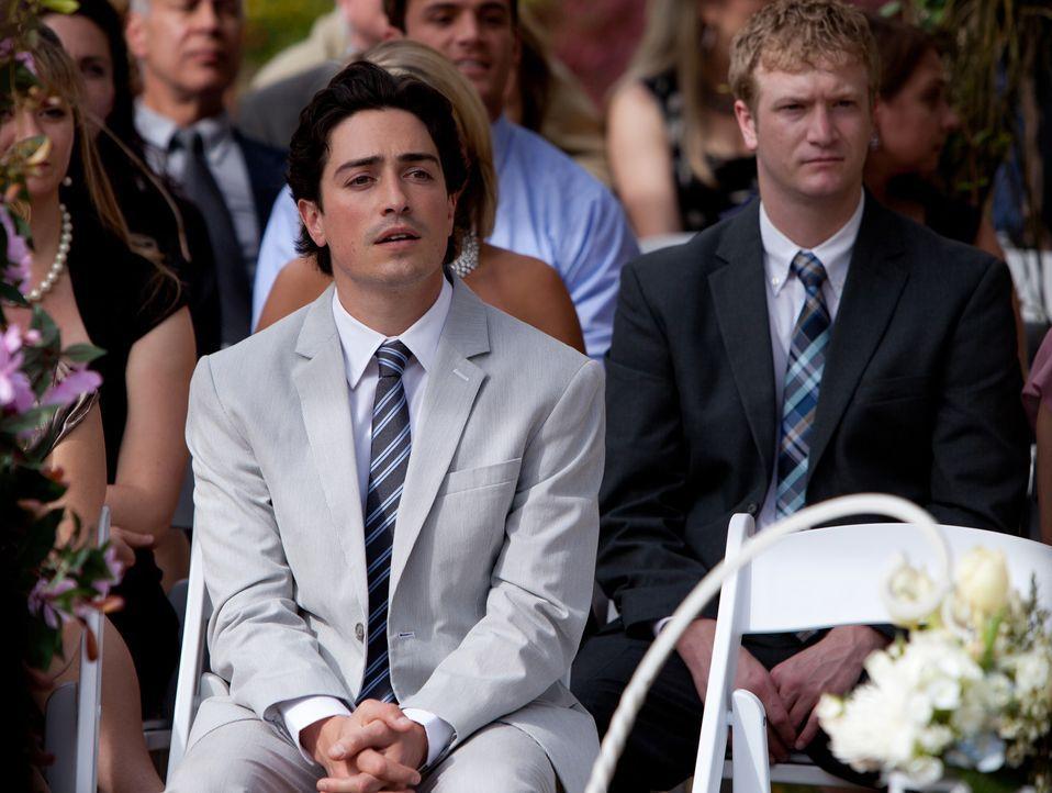 Die gesamte Hochzeitsgesellschaft wundert sich über das Nichterscheinen der Braut. Auch Fred (Ben Feldman) ist ratlos ... - Bildquelle: 2011 Sony Pictures Television Inc. All Rights Reserved.