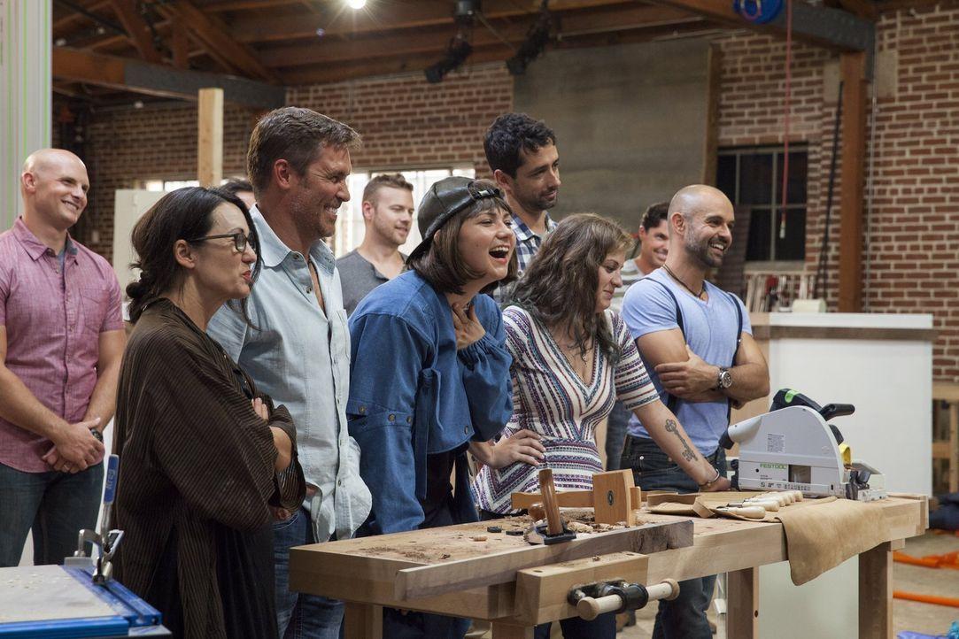 Sie stellen sich der Herausforderung und müssen, zusammen mit ihren Schreinern, besondere Möbelstücke zaubern: (vorne v.l.n.r.) die Designer Leslie... - Bildquelle: 2015 Warner Bros.