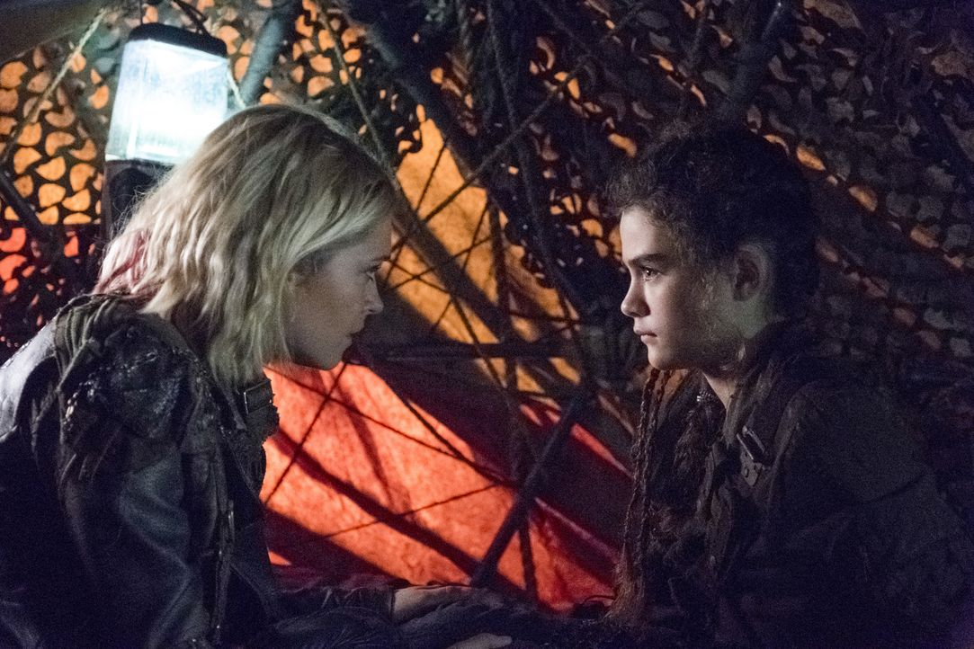 (v.l.n.r.) Clarke (Eliza Taylor); Madi (Lola Flanery) - Bildquelle: Michael Courtney 2018 The CW Network, LLC. All Rights Reserved./Michael Courtney