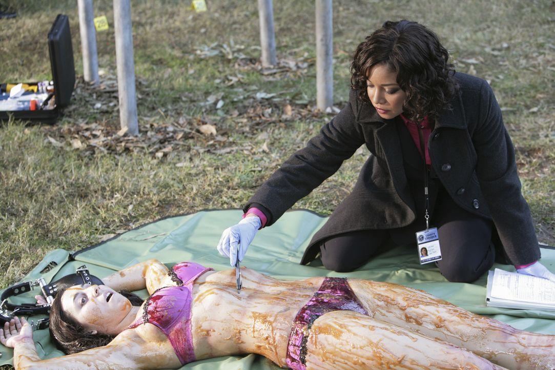 Eine Studentin (Vanessa Motta, l.) wird tot aufgefunden und Lanie Parish (Tamala Jones, r.) versucht ihre Todesursache herauszufinden. - Bildquelle: ABC Studios