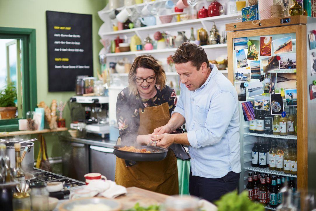 Sarah Millican (l.); Jamie Oliver (r.) - Bildquelle: David Loftus