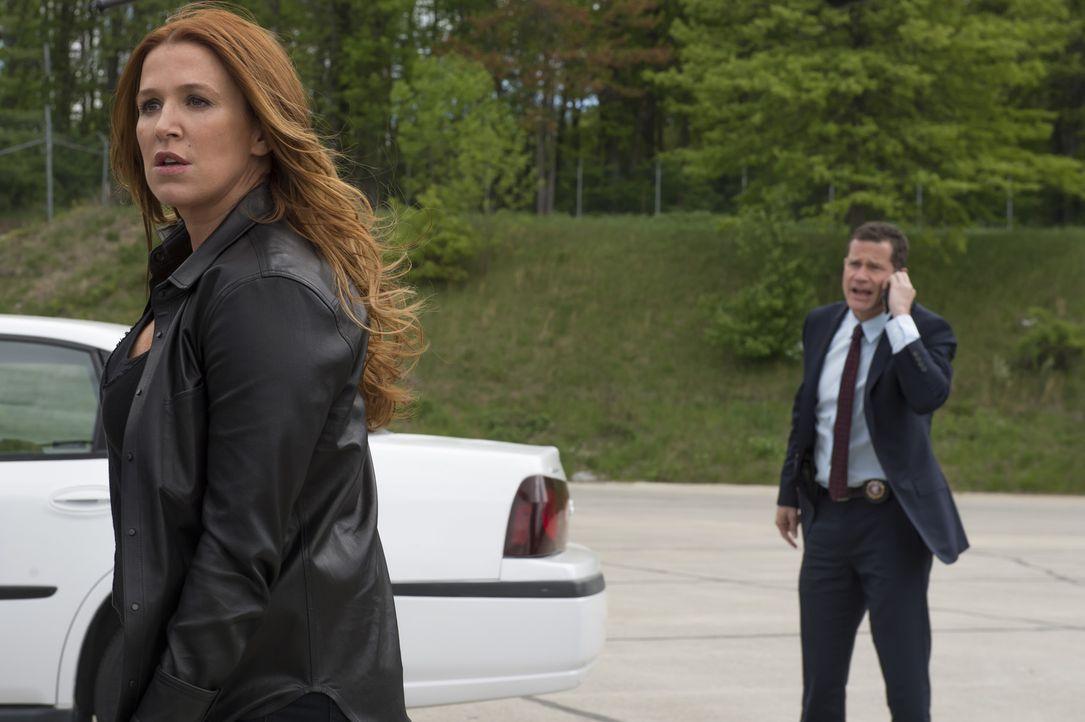 Während Al (Dylan Walsh, r.) sie dazu zwingt, sich endlich von ihrem Ex scheiden zu lassen, nutzt Carrie (Poppy Montgomery, l.) ihre Erinnerungen an... - Bildquelle: Jeff Neumann 2015, 2016 Sony Pictures Television Inc. All Rights Reserved.