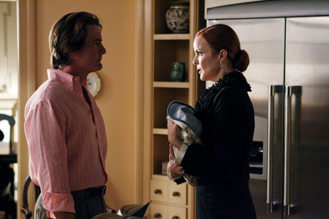 Während Bree (Marcia Cross, r.) und Orson (Kyle MacLachlan, l.) in Streit darüber geraten, ob sie Benjamin beschneiden lassen sollen oder nicht, heg... - Bildquelle: ABC Studios