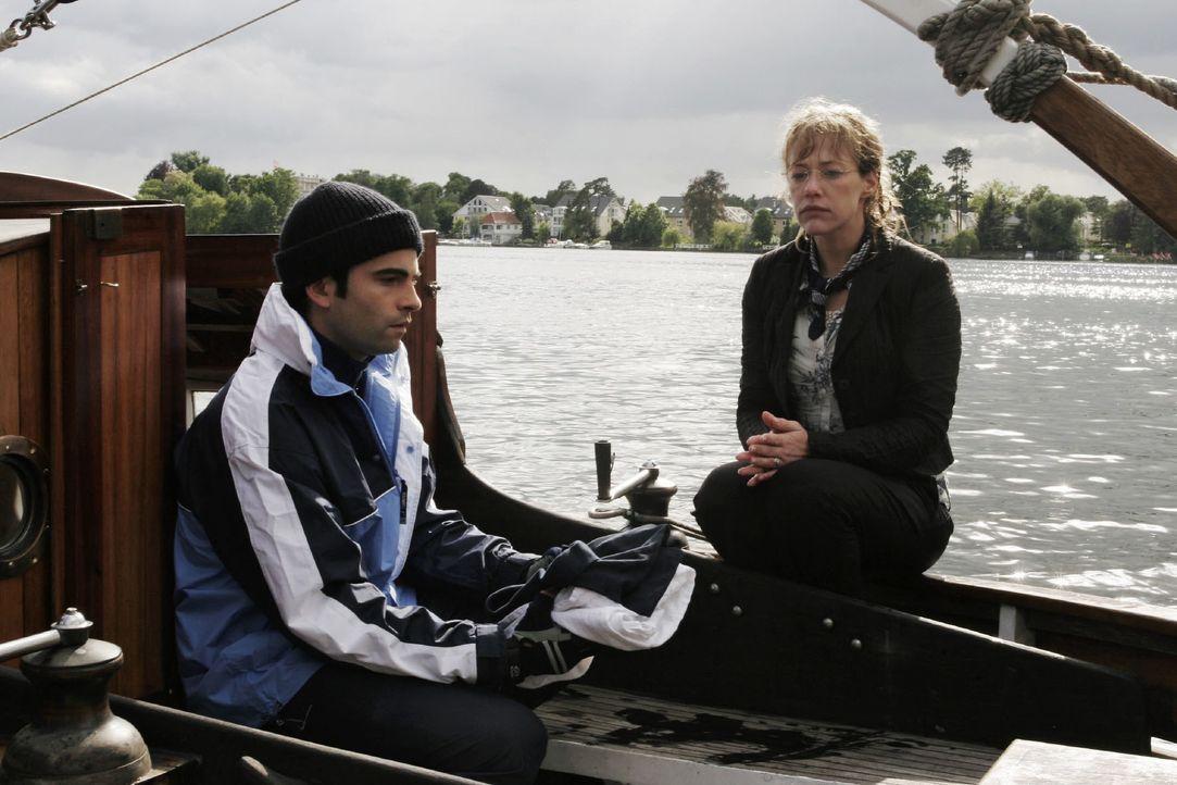 Lisa (Alexandra Neldel, r.) ist geschockt, als David (Mathis Künzler, l.) ihr gesteht, dass er aus Liebe zu ihr mit seinem Boot in die Welt reisen w... - Bildquelle: Noreen Flynn SAT.1 / Noreen Flynn