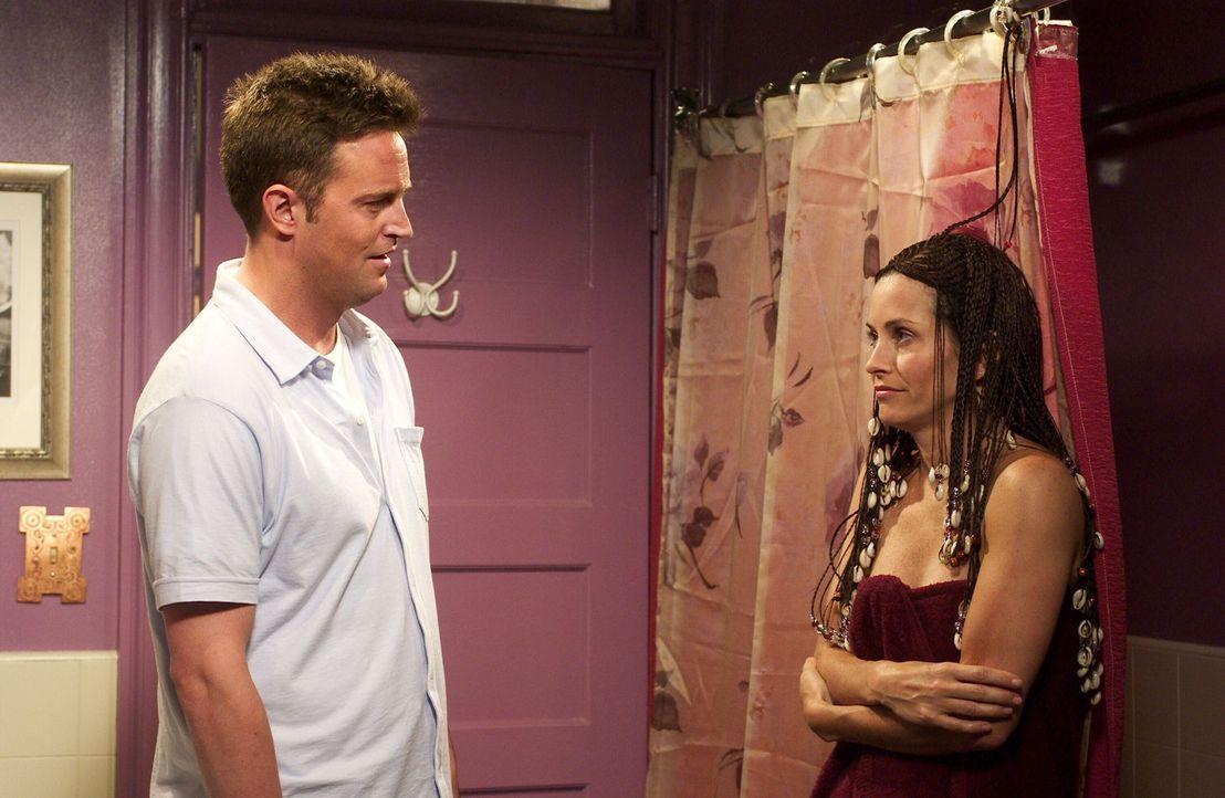 Chandler (Matthew Perry, l.) kann bei aller Liebe nicht verstehen, warum Monica (Courtney Cox, r.) sich so zugerichtet hat ... - Bildquelle: 2003 Warner Brothers International Television