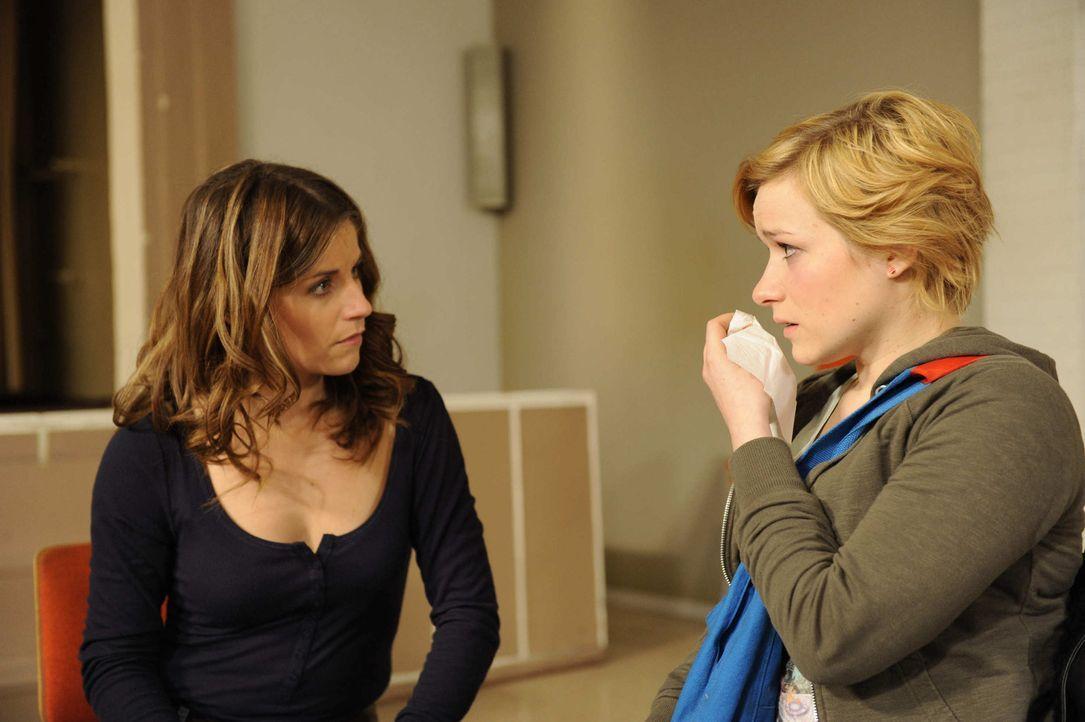 Eine schockierende Überraschung: Bea (Vanessa Jung, l.) und Emma (Kasia Borek, r.) ... - Bildquelle: Christoph Assmann SAT.1