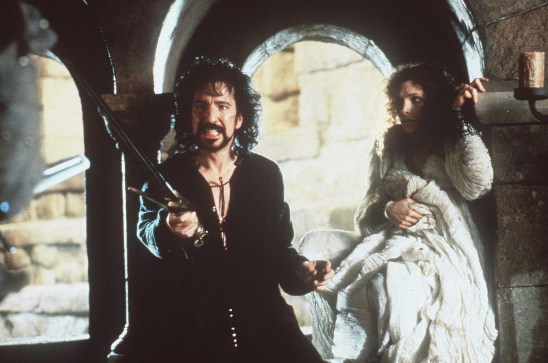 Um seine grausamen Ziele erreichen zu können, will der Sheriff von Nottingham (Alan Rickman, l.) Marian (Mary Elizabeth Mastrantonio, r.) mit aller... - Bildquelle: WARNER BROS.