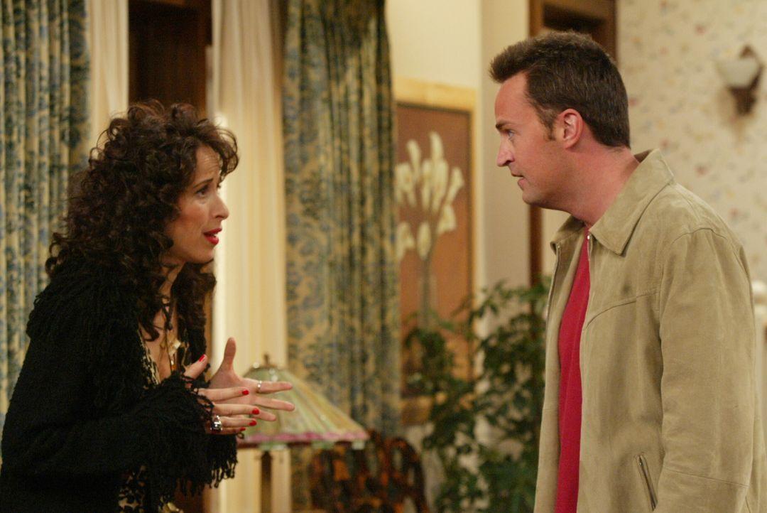 Chandler (Matthew Perry, r.) und Monica freuen sich auf ihr neues Haus, doch als sie erfahren, dass Janice (Maggie Wheeler, l.) mit ihrer Familie ne... - Bildquelle: 2003 Warner Brothers International Television