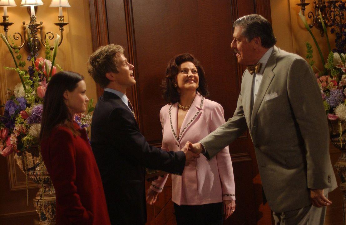 Die Großeltern von Rory (Alexis Bledel, l.) können es nicht fassen, dass ihre Enkelin mit einem Huntzberger zusammen ist. Daher laden Emily (Kelly B... - Bildquelle: 2004 Warner Bros.