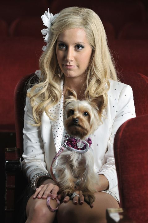 Versucht, ihren Hund groß rauszubringen: Sharpay (Ashley Tisdale) ... - Bildquelle: 2010 Disney Enterprises, Inc. All rights reserved.