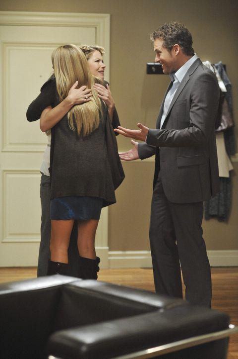 Samantha (Christina Applegate, M.) hat Owen (James Tupper, r.) immer noch nicht gesagt, dass sie zusammen mit ihrem Ex-Freund Todd in ihrer Wohnung... - Bildquelle: 2008 American Broadcasting Companies, Inc. All rights reserved.