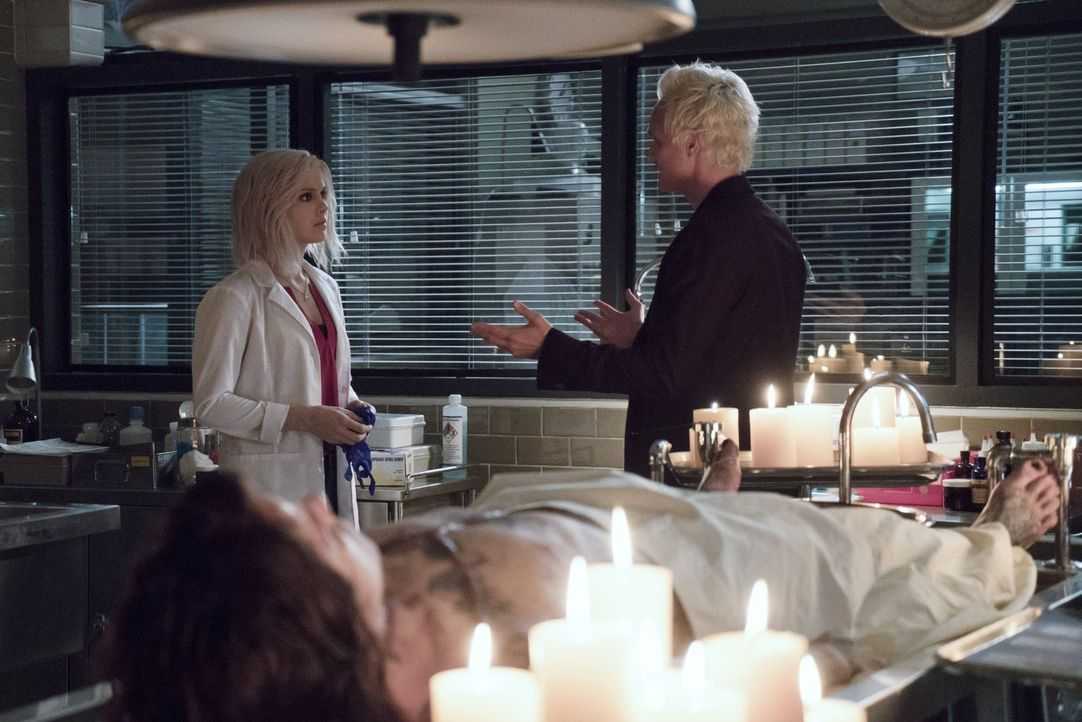 Blaine (David Anders, r.) eröffnet Liv (Rose McIver, l.) seine neusten Erkenntnisse über die Morde in letzter Zeit und bittet ausgerechnet sie, ihm... - Bildquelle: 2014 Warner Brothers