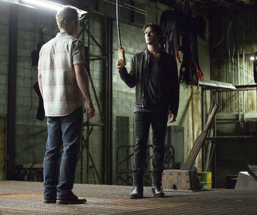 Damon (Ian Somerhalder, r.) hat ganz besonders brutale Pläne mit Buck (Dietrich Teschner, l.). Doch trifft Damon wirklich noch seine eigenen Entsche... - Bildquelle: Warner Bros. Entertainment, Inc.